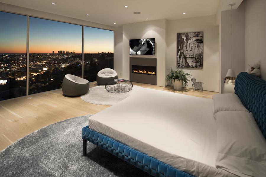 Diseñada por Elisabeth Fogarty, esta casa de Los Ángeles en Hedges Place tiene dos alfombras redondas