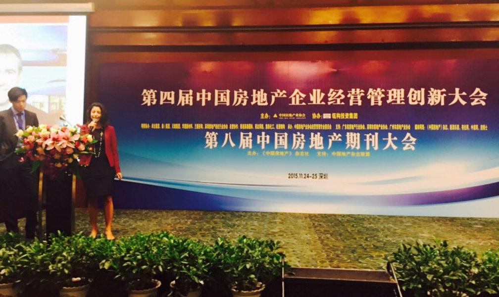 图为法布里本月在深圳中国房地产业协会主办的大会上发言,宣传迈阿密房地产市场。<br />