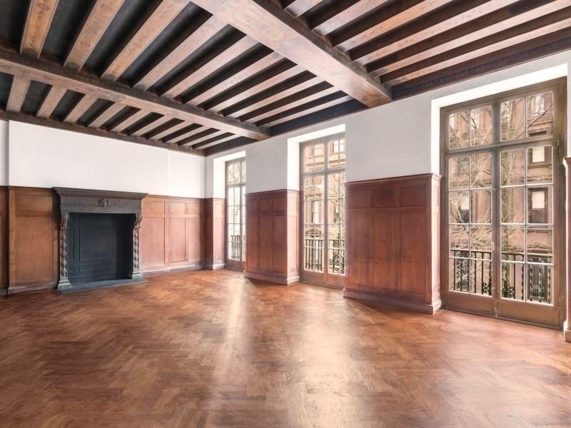 超挑高天花板和外露式横梁设计是房屋亮点。