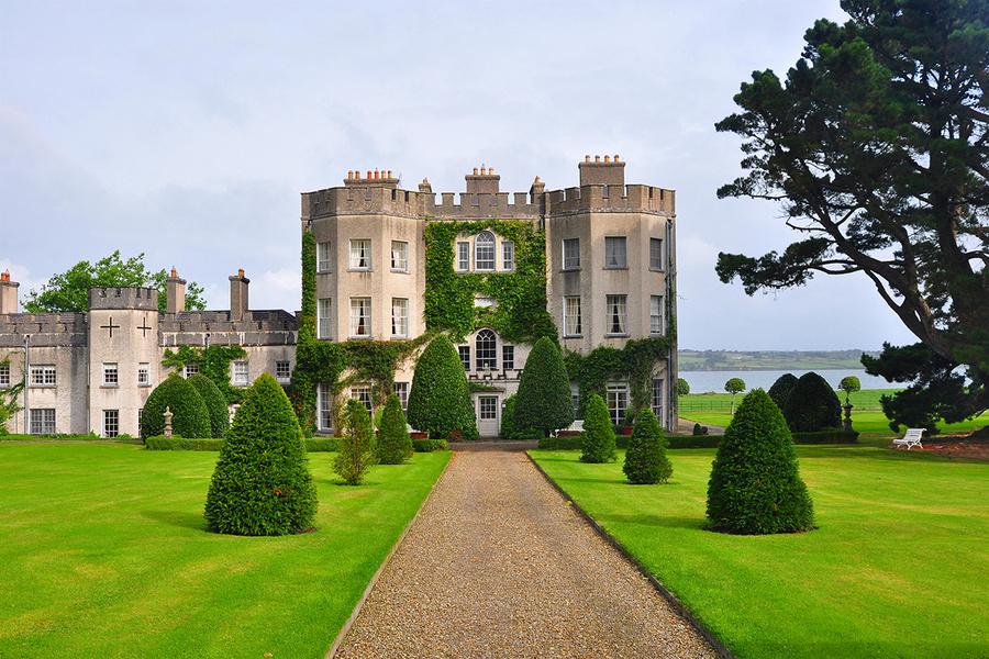 从格林城堡远眺香浓湾(Shannon estuary)风景。这一物业已经被同一家族传承了700年。